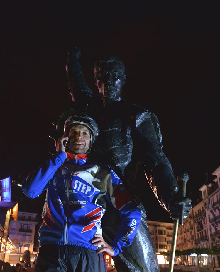 Dries am Ziel in Montreux bei der Statue von Freddie Nercury...